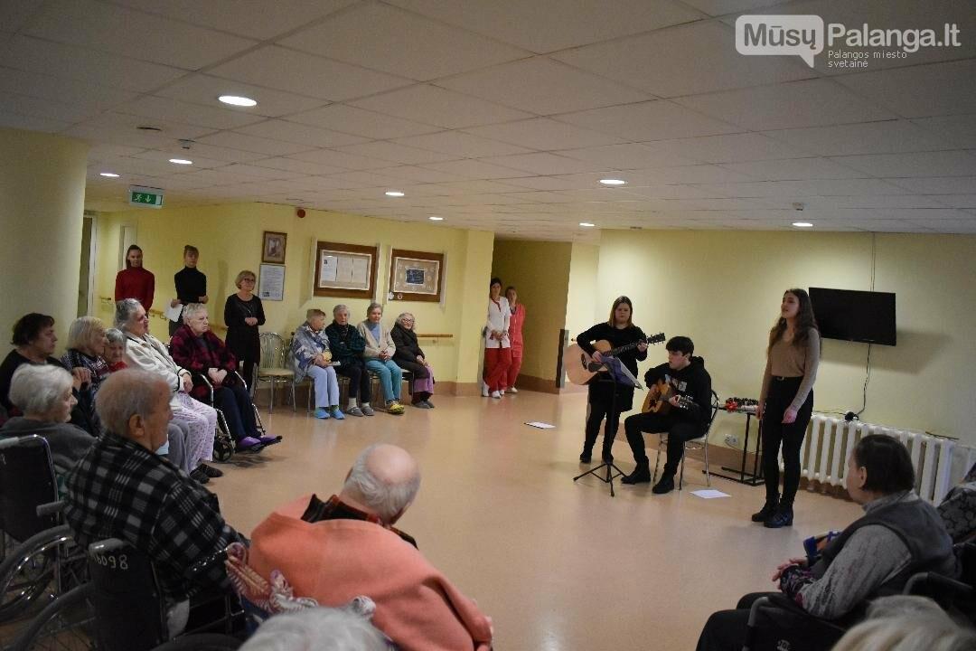 Palangos senosios gimnazijos mokiniai lankėsi Palangos ligoninės slaugos skyriuje, nuotrauka-1