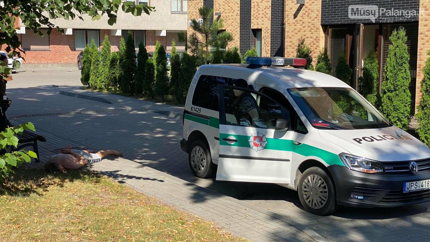 Palangos gatvėse šlaistėsi ginkluotas ir kruvinas vyras, nuotrauka-1