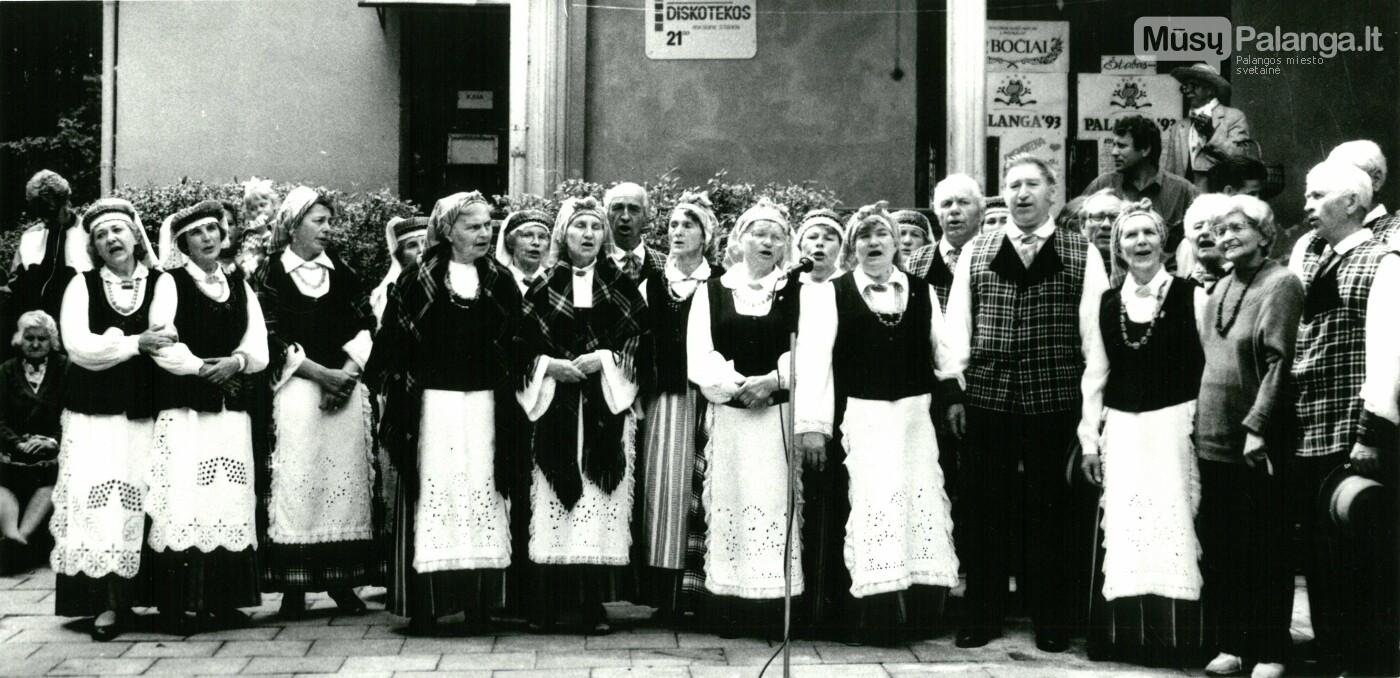 """Tarp ansamblio """"Bočiai"""". Palanga, Algirdo Tarvydo nuotr./ Iš Palangos kurorto muziejaus fondų"""