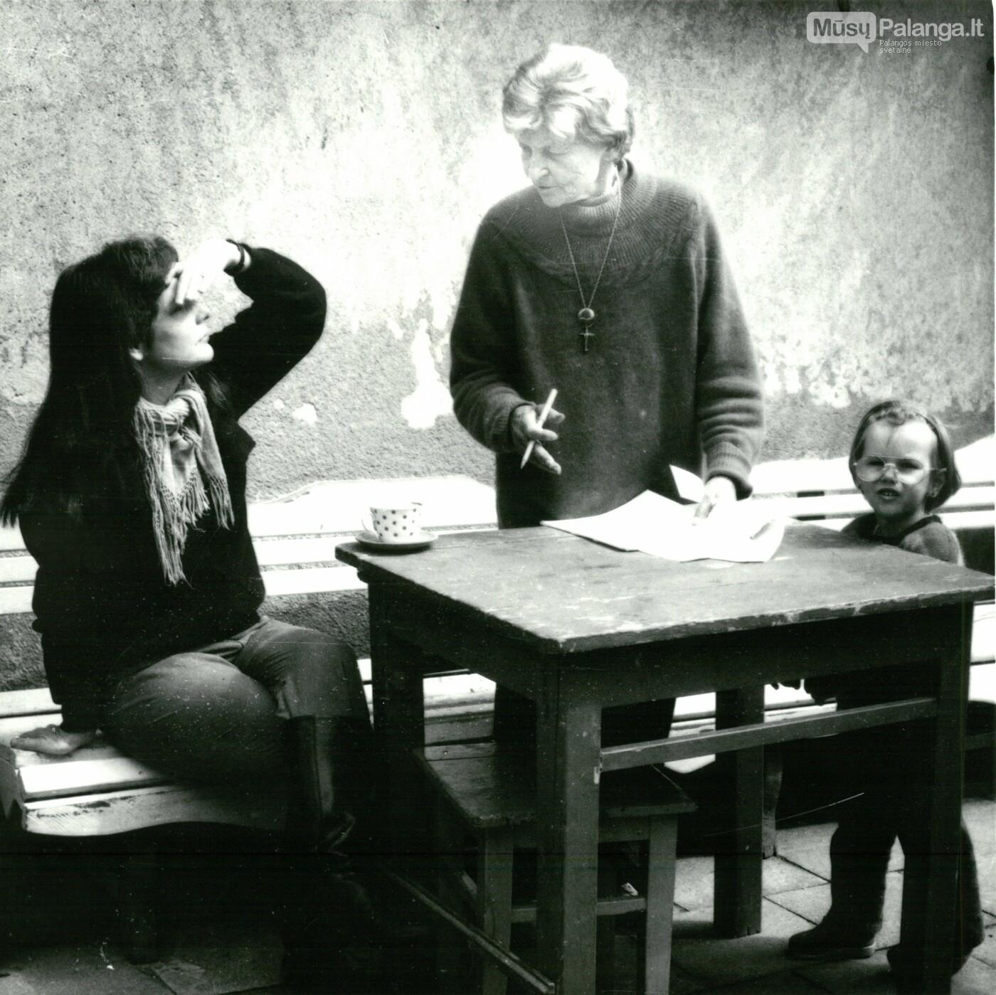 Su sekretore Joan Merler Jurgio ir Aldonos Dvarionų namuose. Palanga, Algirdo Tarvydo nuotr./ Iš Palangos kurorto muziejaus fondų