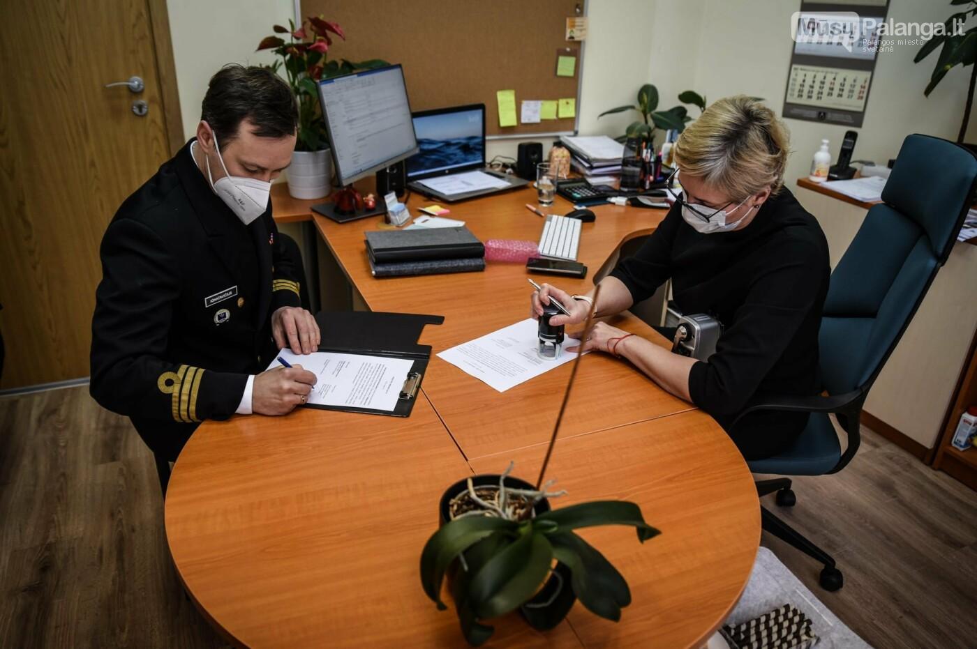 """Vasario 5 dieną tarp asociacijos ,,Karinių jūrų pajėgų karininkų klubas"""" atstovo Nedo Ignatavičiaus ir Palangos turizmo..., Karinių jūrų pajėgų nuotr."""