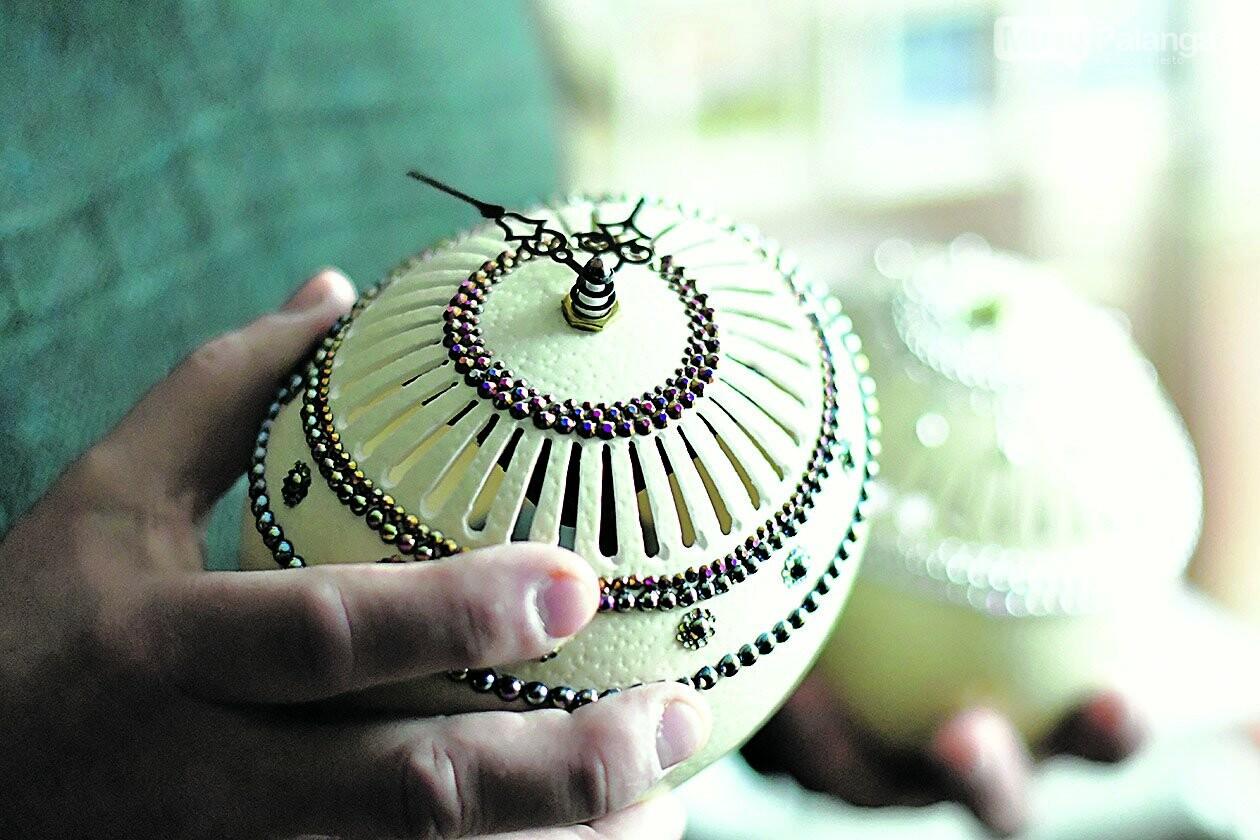 Šiųmetiniai išskirtiniai darbai: laikrodis stručio kiaušinyje ir žiedas-laikrodis (apačioje).