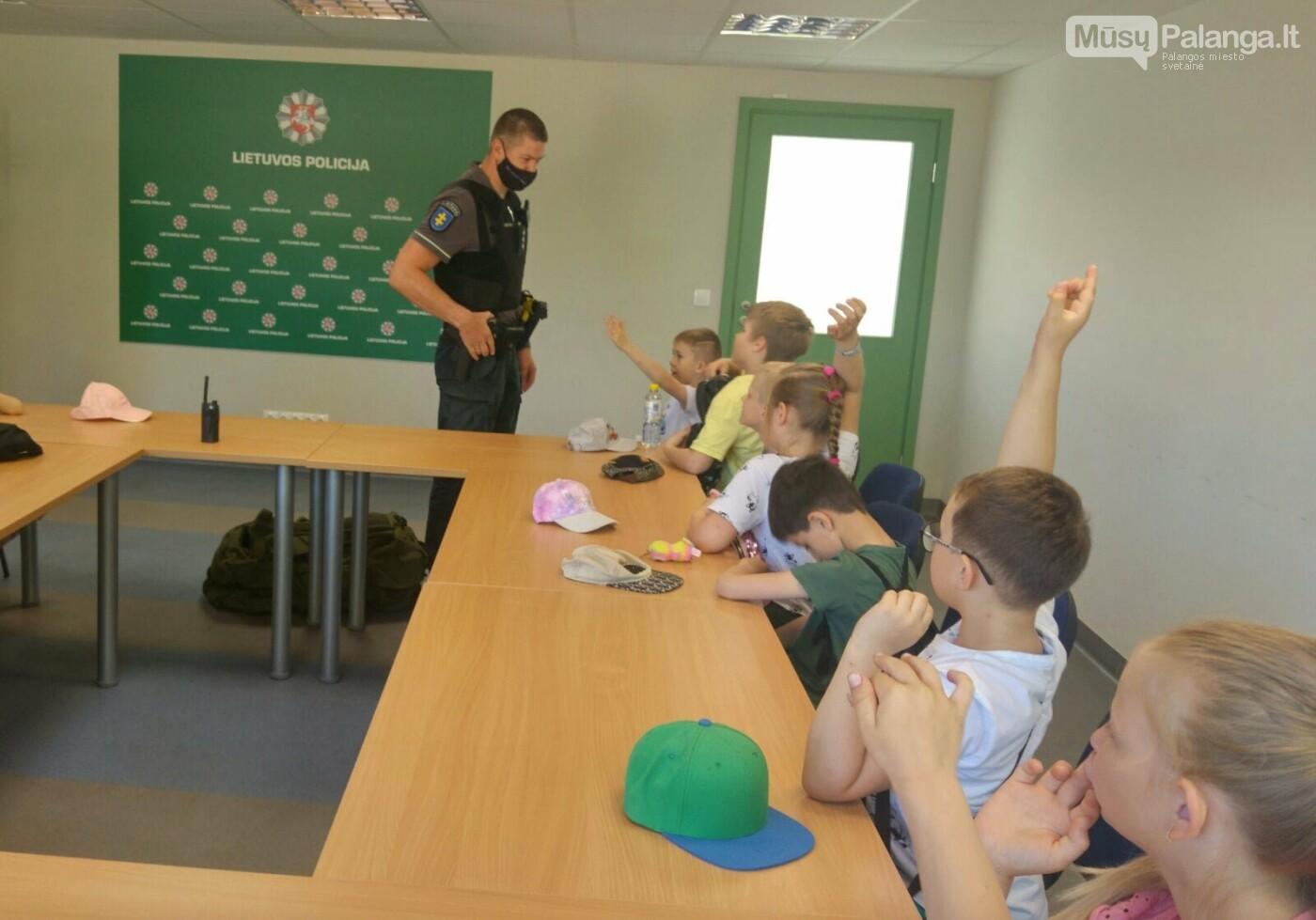 """Palangos """"Baltijos""""  pagrindinės mokyklos 1 – okai aplankė Palangos policijos komisariatą, nuotrauka-5"""