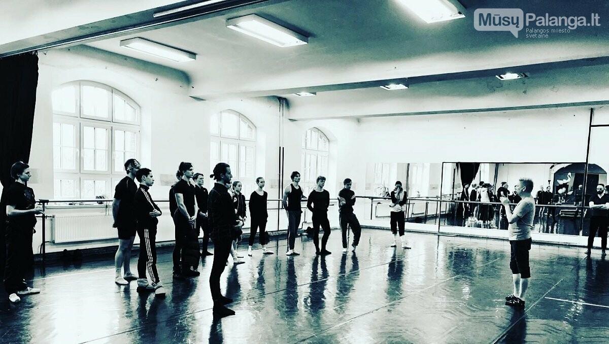 """K.Simonovas su KVMT baleto trupe ruošiasi šokio spektakliui """"Romeo ir Džuljeta"""". Jelenos Lebedevos nuotr."""