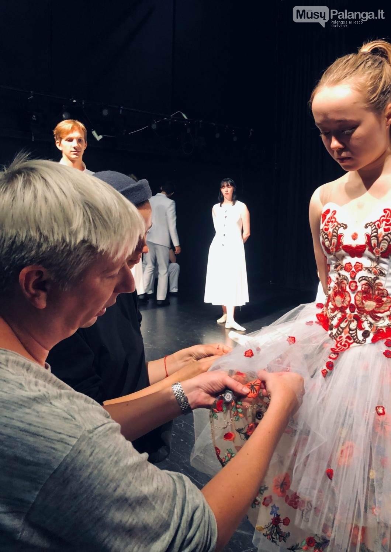 """Choreografas K.Simonovas derina šokio spektaklio """"Romeo ir Džuljeta"""" rūbus., J.Lebedevos nuotr."""