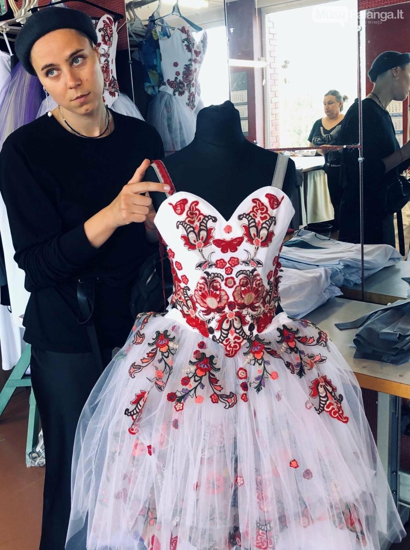 """Scenografė ir kostiumų dailininkė J.Zlaja derina šokio spektaklio """"Romeo ir Džuljeta"""" rūbus., J.Lebedevos nuotr."""