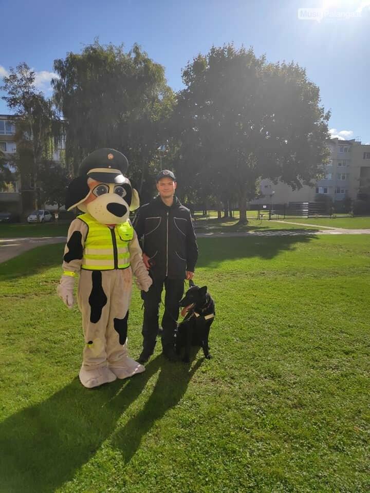 """Policijos bičiulis Amsis, tarnybinis šuo Soli ir Palangos policijos pareigūnai aplankė lopšelio-darželio """"Gintarėlis"""" auklėtinius, nuotrauka-1"""