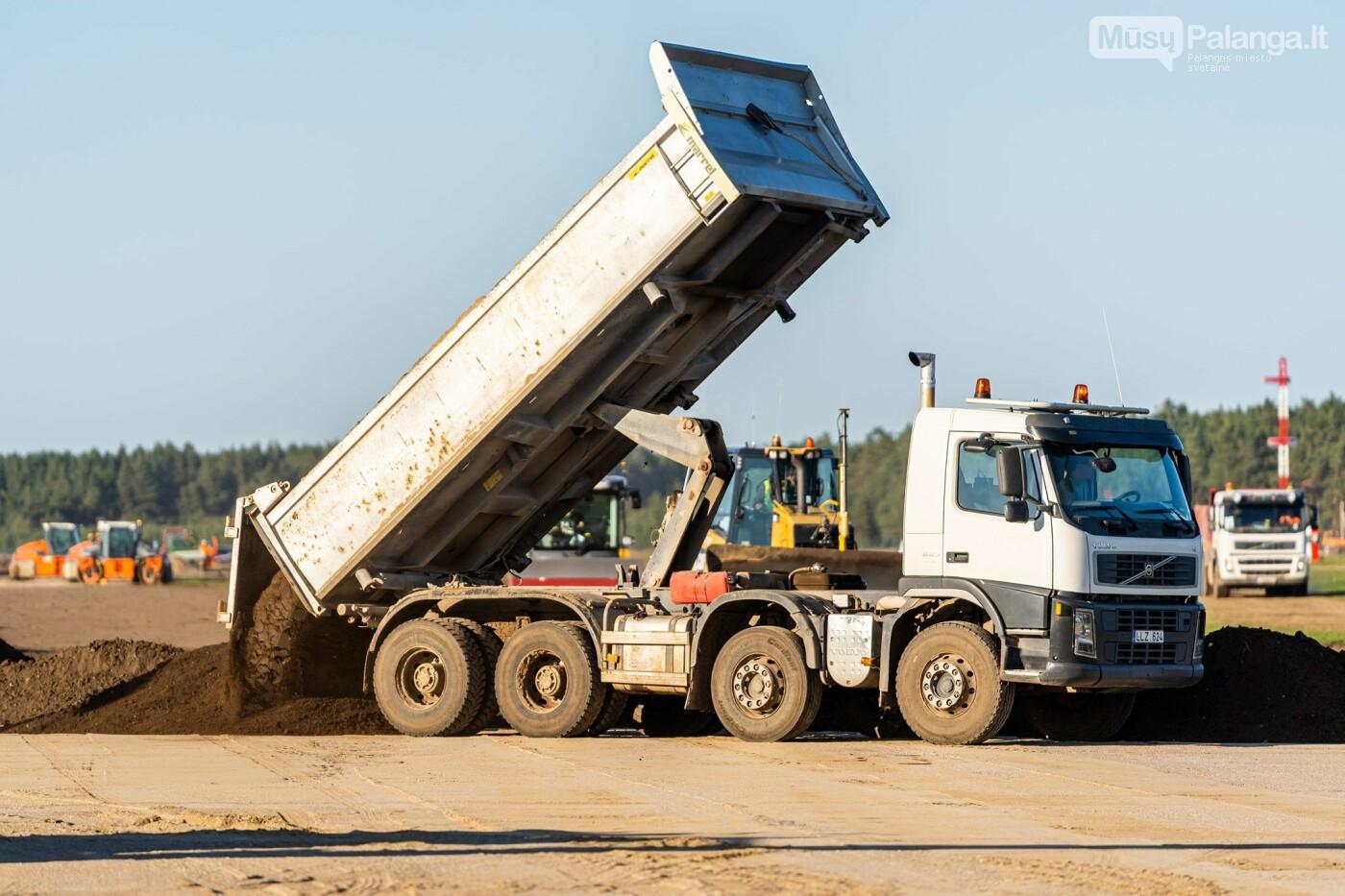 Palangos oro uosto rekonstrukcijoje - tarpinis finišas: baigti kilimo-tūpimo tako asfaltavimo darbai, nuotrauka-2