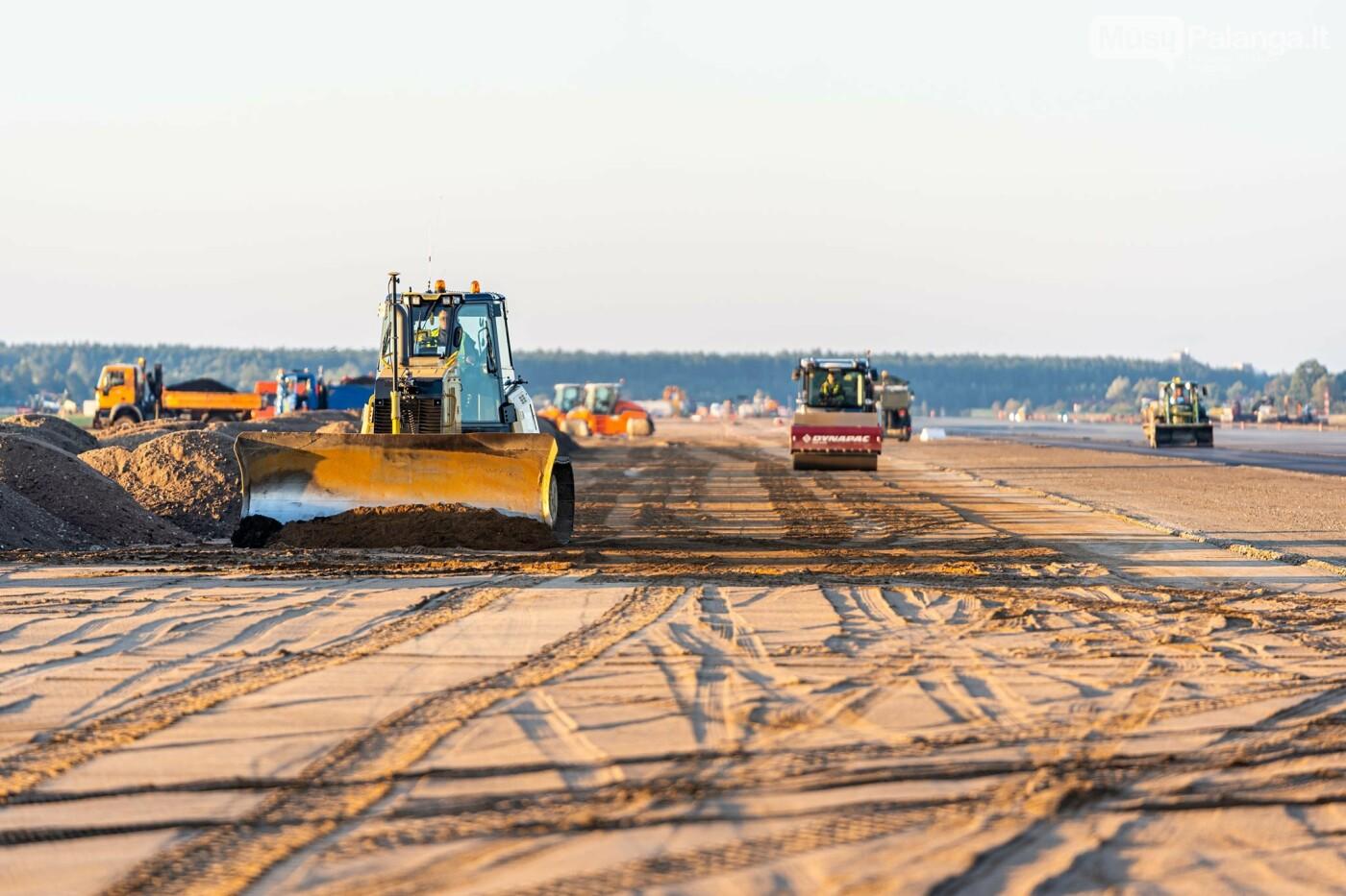 Palangos oro uosto rekonstrukcijoje - tarpinis finišas: baigti kilimo-tūpimo tako asfaltavimo darbai, nuotrauka-9
