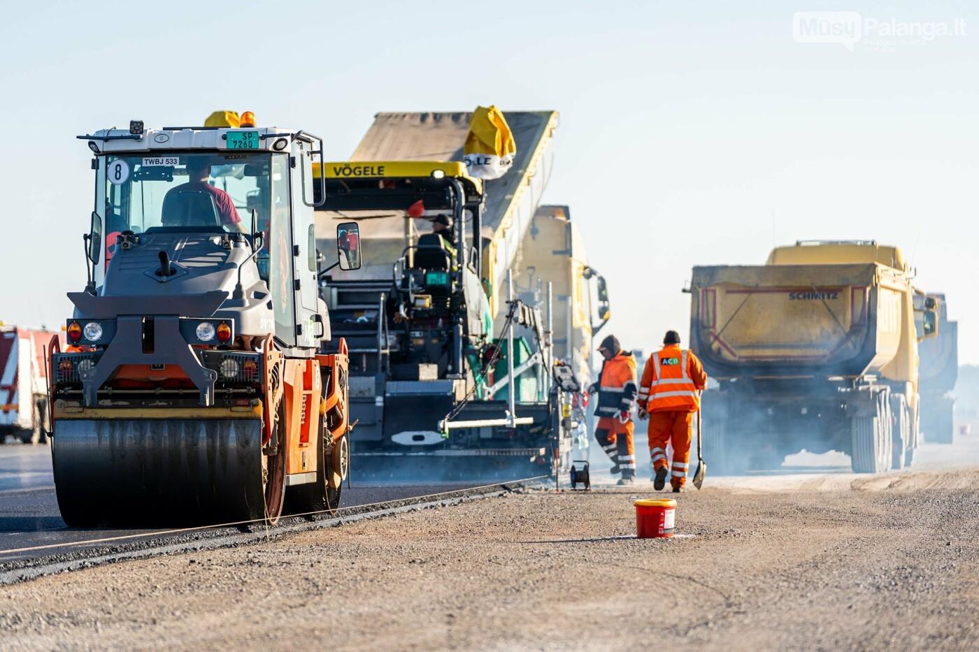 Palangos oro uosto rekonstrukcijoje - tarpinis finišas: baigti kilimo-tūpimo tako asfaltavimo darbai, nuotrauka-18