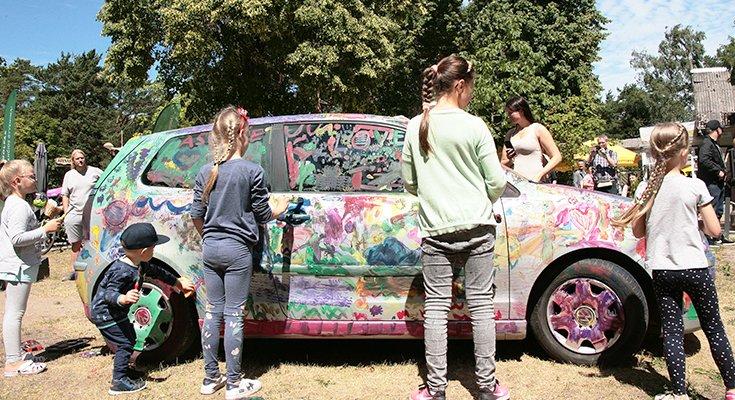 Vasaros parke vaikai sukūrė patį spalvingiausią automobilį Lietuvoje, nuotrauka-11