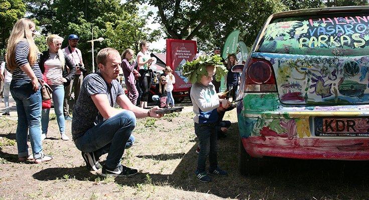 Vasaros parke vaikai sukūrė patį spalvingiausią automobilį Lietuvoje, nuotrauka-4