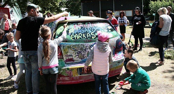 Vasaros parke vaikai sukūrė patį spalvingiausią automobilį Lietuvoje, nuotrauka-3