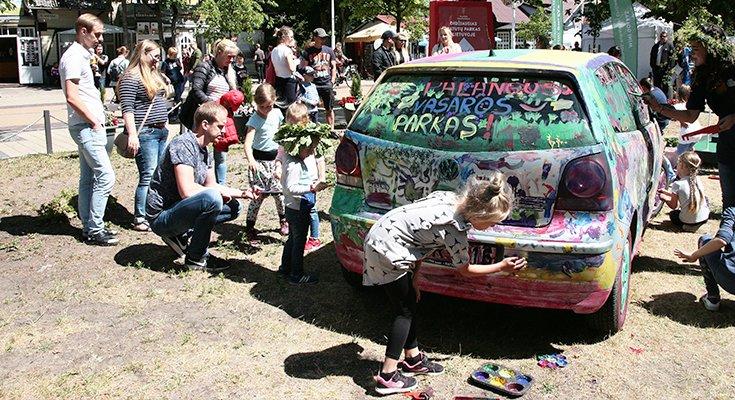Vasaros parke vaikai sukūrė patį spalvingiausią automobilį Lietuvoje, nuotrauka-9