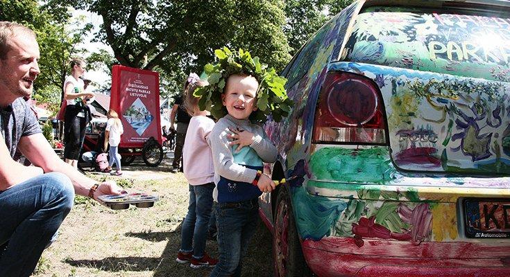Vasaros parke vaikai sukūrė patį spalvingiausią automobilį Lietuvoje, nuotrauka-6