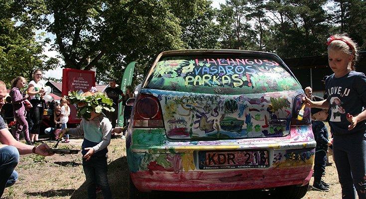 Vasaros parke vaikai sukūrė patį spalvingiausią automobilį Lietuvoje, nuotrauka-7