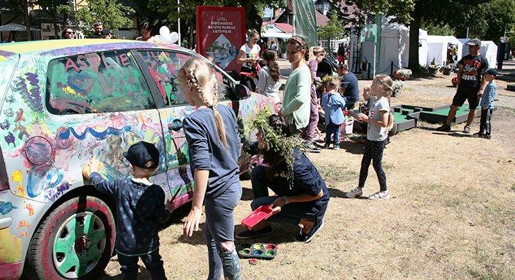 Vasaros parke vaikai sukūrė patį spalvingiausią automobilį Lietuvoje, nuotrauka-10