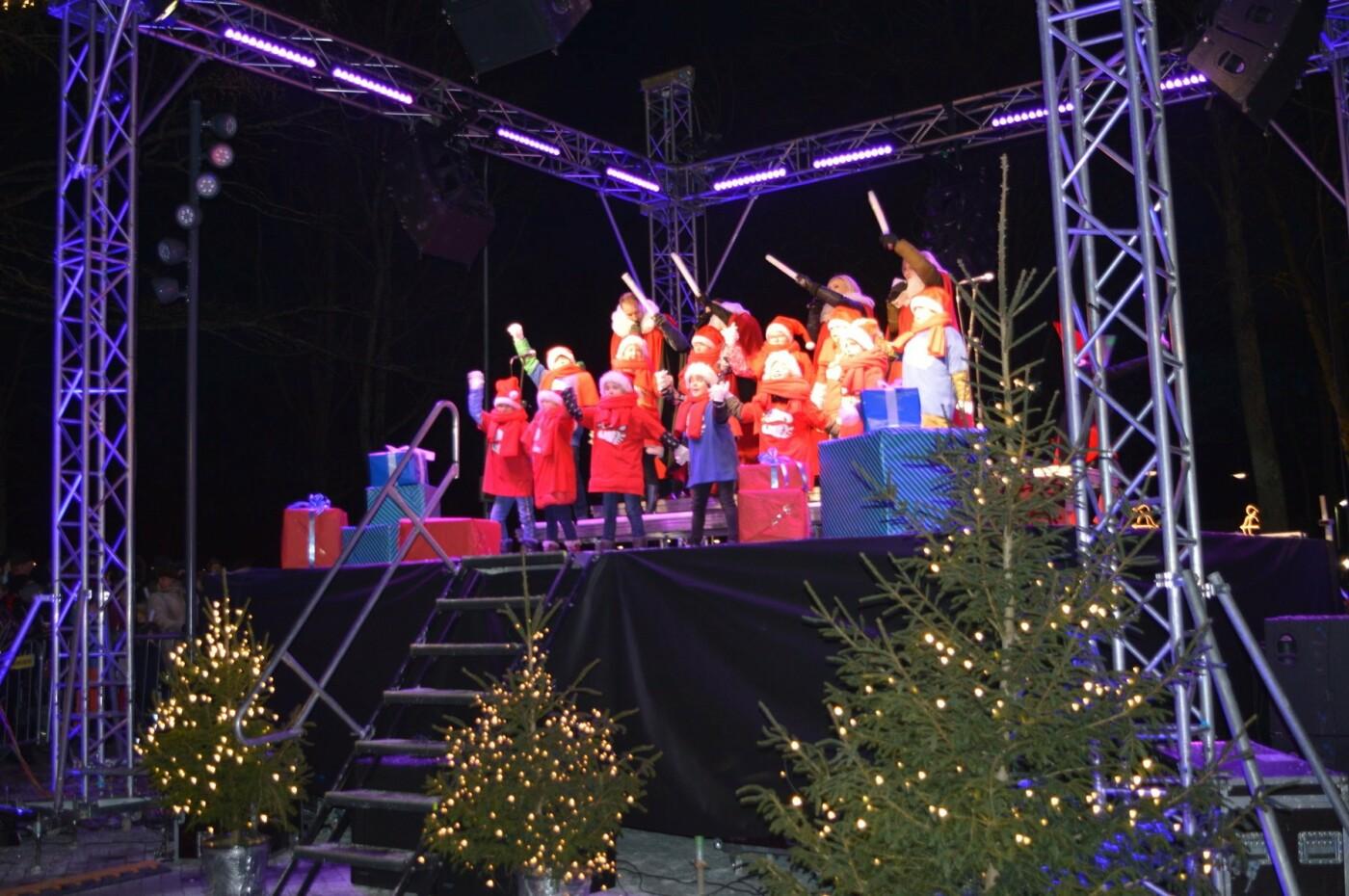 Palanga įžiebė eglę ir suspindo tūkstančiais kalėdinių šviesų, nuotrauka-61