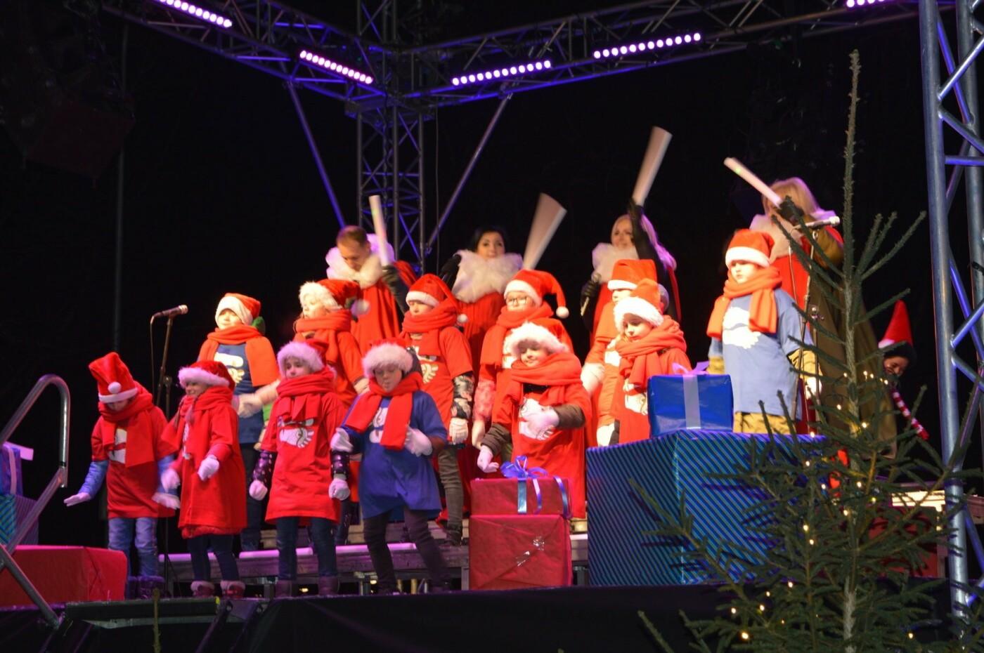 Palanga įžiebė eglę ir suspindo tūkstančiais kalėdinių šviesų, nuotrauka-79