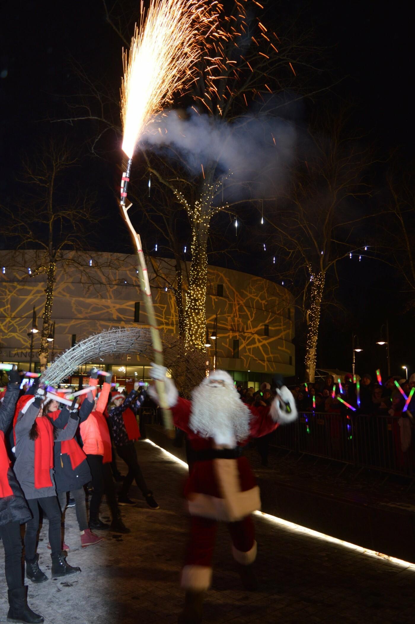 Palanga įžiebė eglę ir suspindo tūkstančiais kalėdinių šviesų, nuotrauka-69