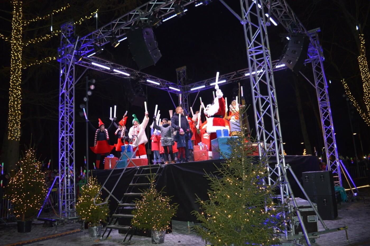 Palanga įžiebė eglę ir suspindo tūkstančiais kalėdinių šviesų, nuotrauka-55