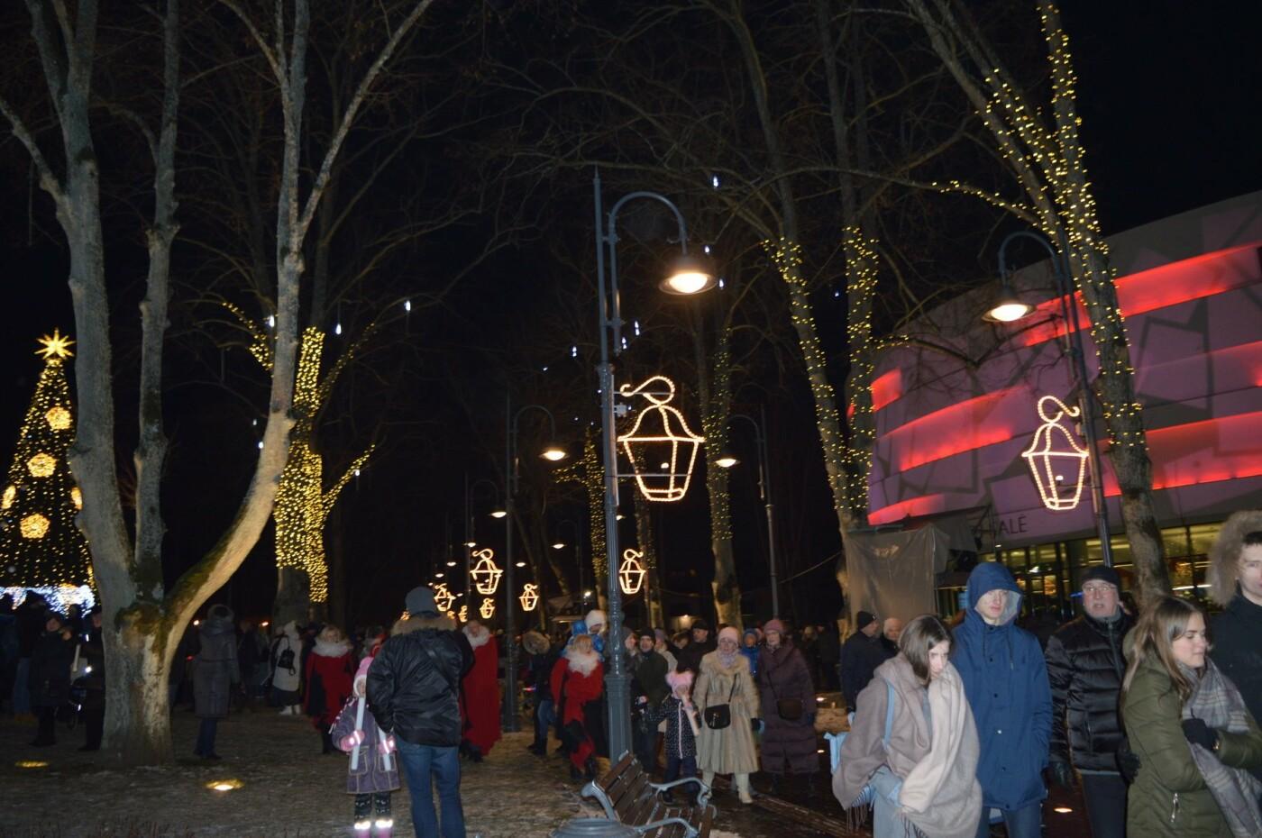 Palanga įžiebė eglę ir suspindo tūkstančiais kalėdinių šviesų, nuotrauka-76