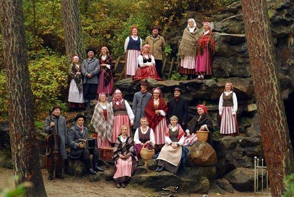 """""""Mėguvos"""" ansamblio kolektyvas prie Birutės kalno lurdo grotos."""