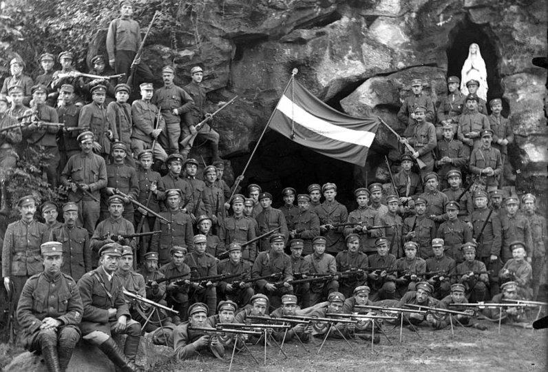 Aizputės 10-ojo pėstininko pulko kariai prie Palangos Lurdo 1920 m. Latvijos nacionalinės bibliotekos archyvas