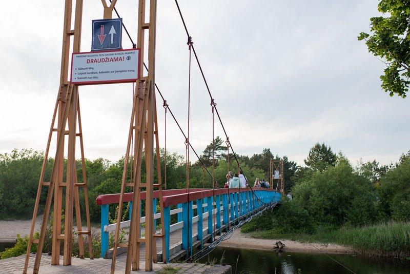 ĮŽYMYBĖ. Dar viena Šventosios garsenybė - vadinamasis beždžionių tiltas., Vitos JUREVIČIENĖS nuotr.